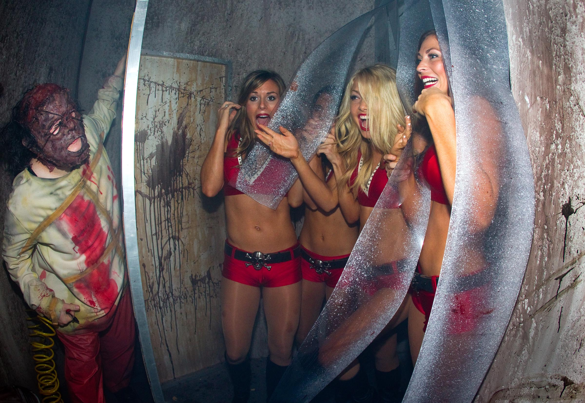 Bucs Cheerleaders Visit Howl O Scream