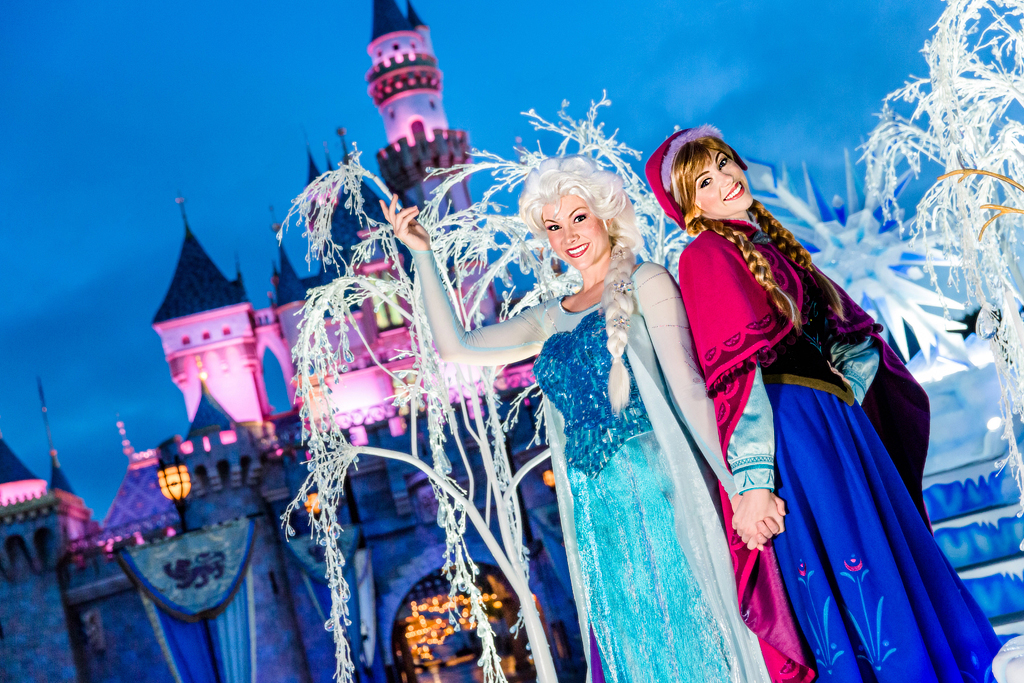 Frozen Sisters Join A Christmas Fantasy Parade For 2 Theme Park